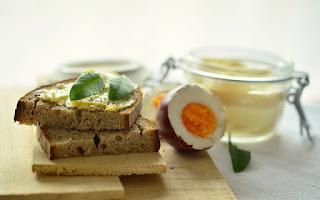 Tostadas integrales y huevos, desayuno
