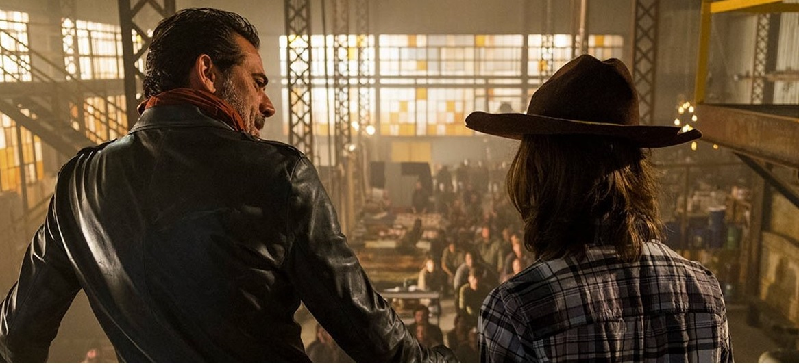 Negan y Carl, en el Santuario en el episodio Sing Me a Song de The Walking Dead