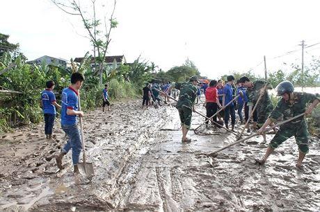 Quảng Ngãi Gần 100 đoàn viên giúp dân vùng lũ vượt khó