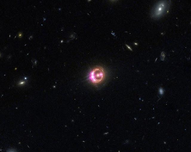Galáxia RX J1131-1231 em uma imagem combinada pelos Observatórios Chandra e Hubble