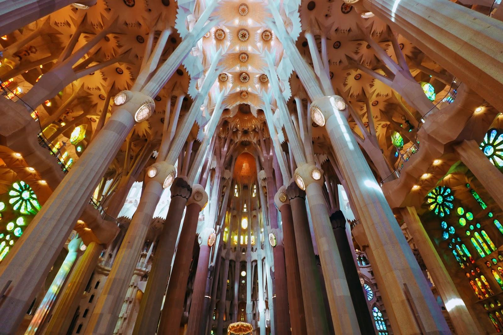 sagrada familia w środku, barcelona atrakcje