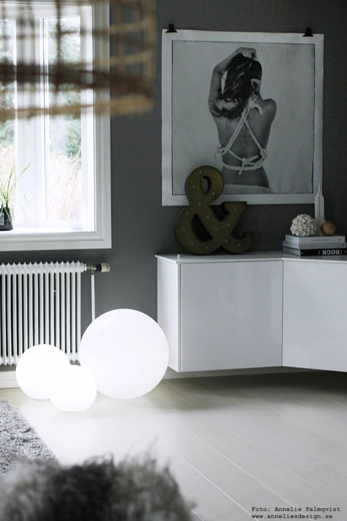 ljusbollar, ljusboll, moodlite, vardagsrum, vardagsrummet, mediamöbel, i vinkel, ikea, överskåp, kök, tv, grått, grå, gråa, vit parkett, bollar, mysbelyning, inomhus, ute, utomhus, annelies design, webbutik, webshop, nätbutik