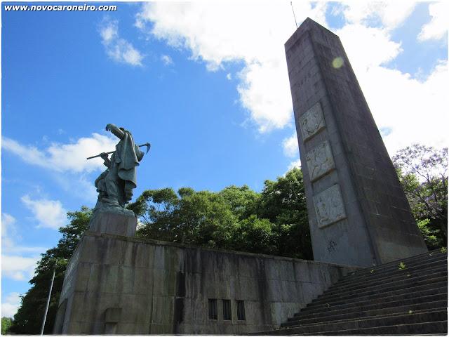 Monumento Nacional ao Imigrante, em Caxias do Sul, Rio Grande do Sul. Uma homenagem aos desbravadores da região, mostra um casal de agricultores com seu filho no colo, observando as terras da cidade. Hoje abriga o Museu da Imigração, com exposições permanentes e temporárias.
