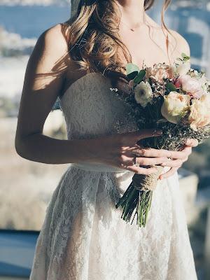 Novia con vestido de encaje y palabra de honor