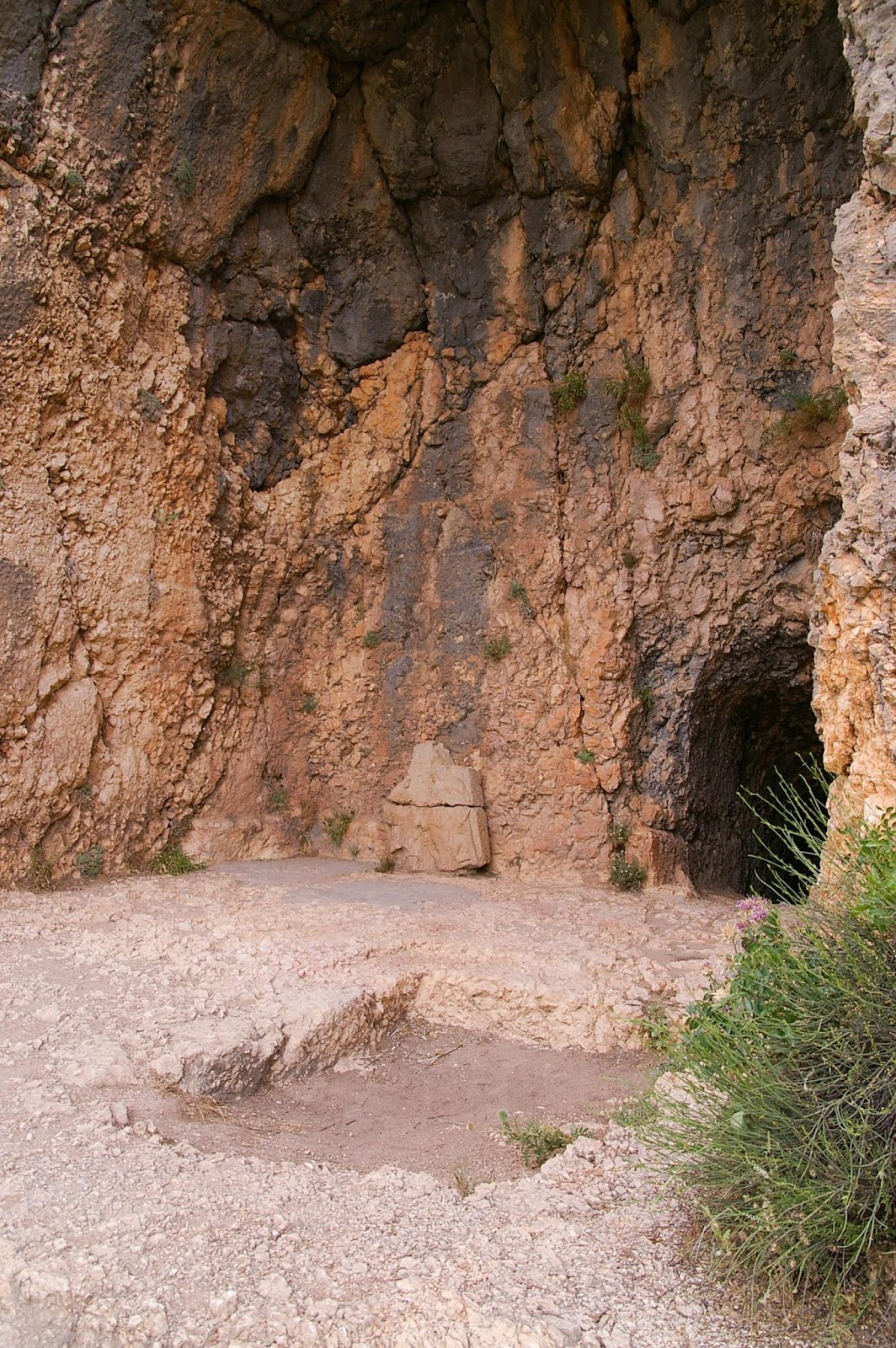 BiblePlaces Blog: Gezer Water System—Is It a Water System?