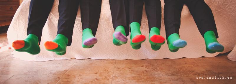 grossmen con calcetines de colores en los preparativos de boda casa del novio