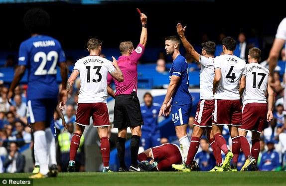 Cận cảnh thẻ đỏ khiến Chelsea vỡ trận
