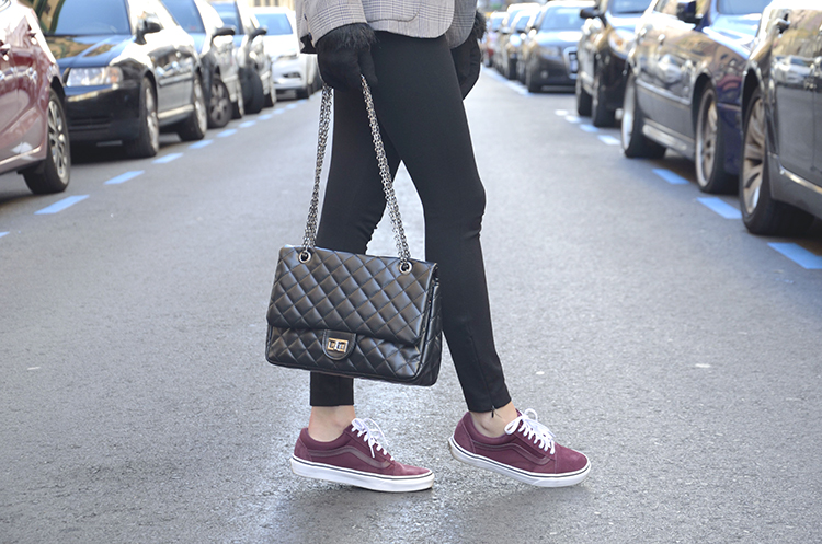 trends_gallery_black_look_vans_outfit_burgundy_sneakers