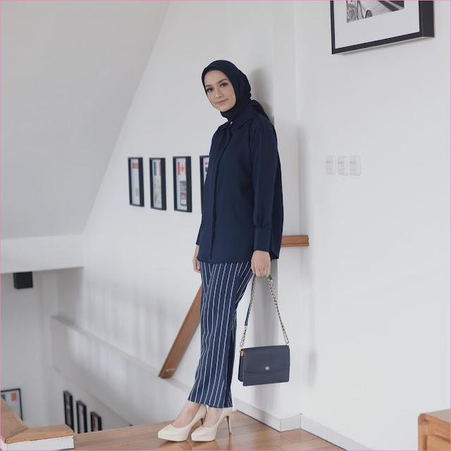 Outfit Untuk Remaja Berhijab Yang Mempunyai Tubuh Pendek Tapi Mau Kelihatan Tinggi top blouse segiempat hijab square slingbags biru dongker celana bahan stripe biru putih wedges high heels krem muda ciput rajut ootd trendy 2018 selebgram outfit fashionable
