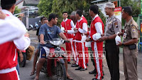 Pelajar, TNI, dan Polri bagi takjil gratis