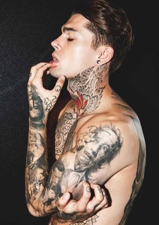 tatuaje en el cuello de flor para hombre