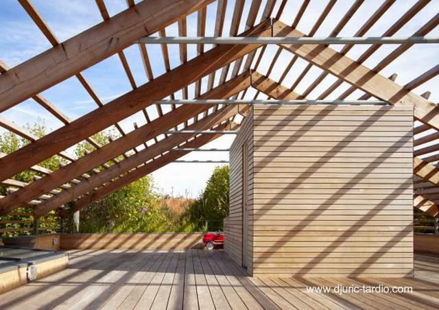 Terraza construida y cubierta de madera natural en una casa de Francia