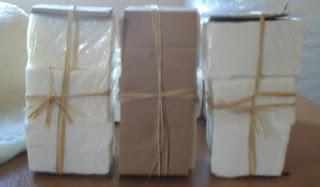 sabão cortado em pedaços e embalado com plástico e papelão grosso