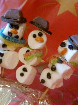 Marshmallow Schneemänner von Kindern gemacht