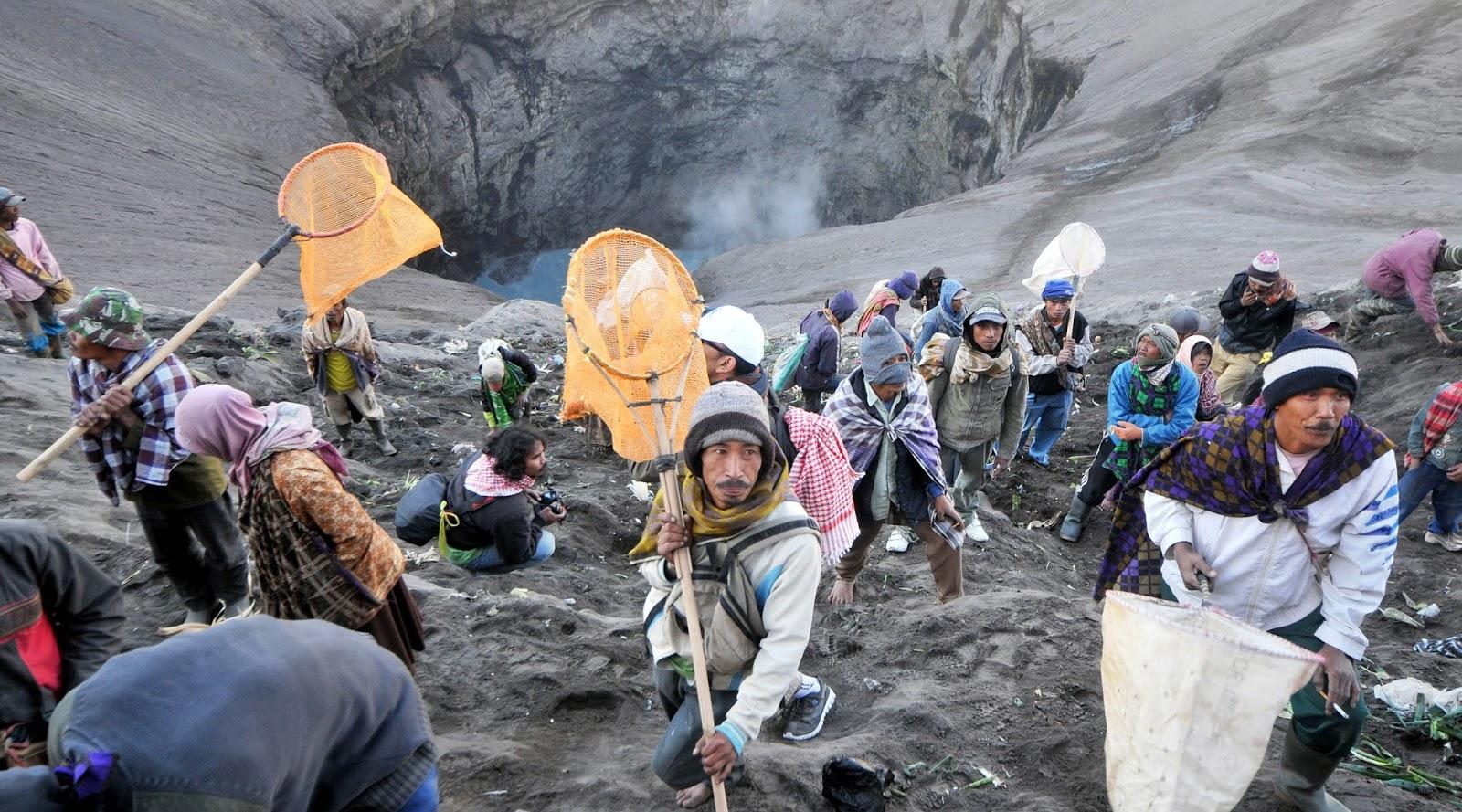 warga di Upacara Kasada di Gunung Bromo