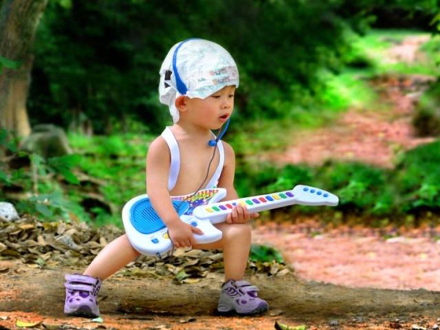 Bayi Lucu Bermain Gitar Wallpaper