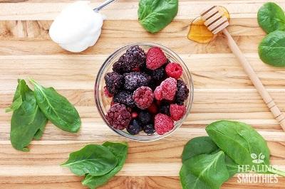 Big Berry Pre-Workout Smoothie terbuat dari blackberry, raspberry, bayam segar, yogurt, madu, dan susu almond. Anda bisa menggunakan buah berry beku, atau buah berry segar tapi ditambah dengan es batu. Kalau anda tidak suka dingin, gunakan saja bahan-bahan segar dan air dingin.