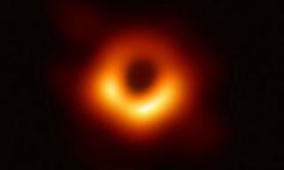 سورون العين أو استعار Brexit؟ تغريدات نكتة حول صورة الثقب الأسود