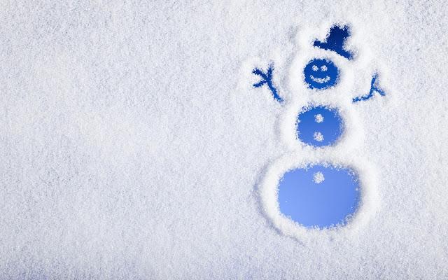 Sneeuwpop getekend in de sneeuw met de vinger