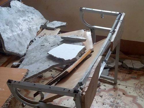 Bàn ghế vỡ nát vì mảng tường to rơi xuống