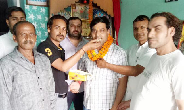 Bhopal colony residents give birthday wishes to former chairman Balakishan Vashistha