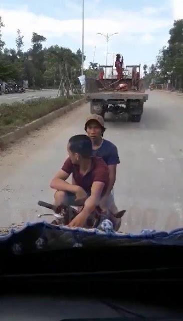 thanh niên vác gậy đập vỡ kính tài xế