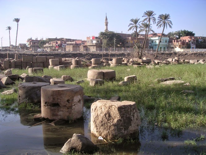 II. Ramszesz oszlopcsarnokának romjai Memphisz mai területén