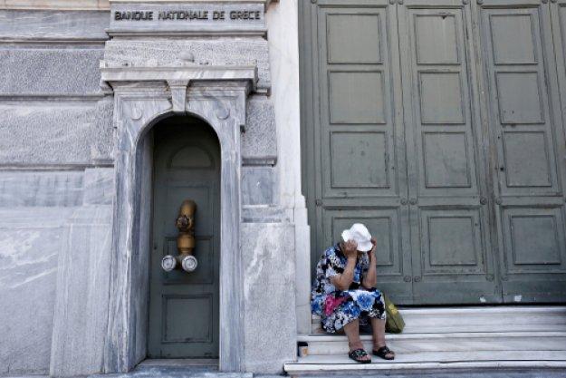 Bloomberg: Οι Έλληνες δεν βλέπουν καμία ανάκαμψη - Πνίγονται στα χρέη