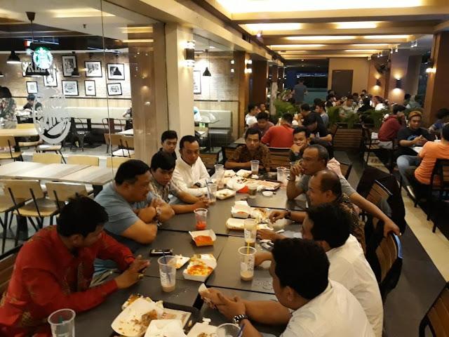 Bupati Labura H Kharuddin Syah saat ngobrol dengan mahasiswa asal Labura di Jakarta.