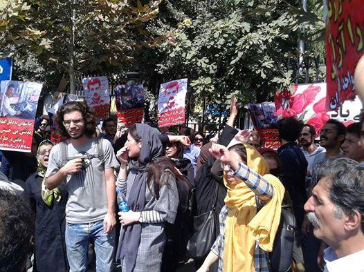 درحمایت از رضا شهابی سوم مهر از ساعت ۱۰ صبح با فراخوان سندیکای کارگران شرکت واحد در مقابل وزارت کار تجمعی اعتراضی برگزار شد.