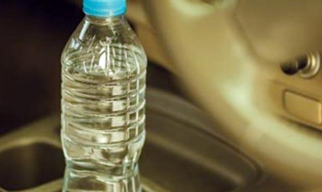 Δεν πάει ο νους σας: Δείτε γιατί δεν πρέπει ποτέ να αφήνουμε πλαστικά μπουκάλια στο αυτοκίνητο