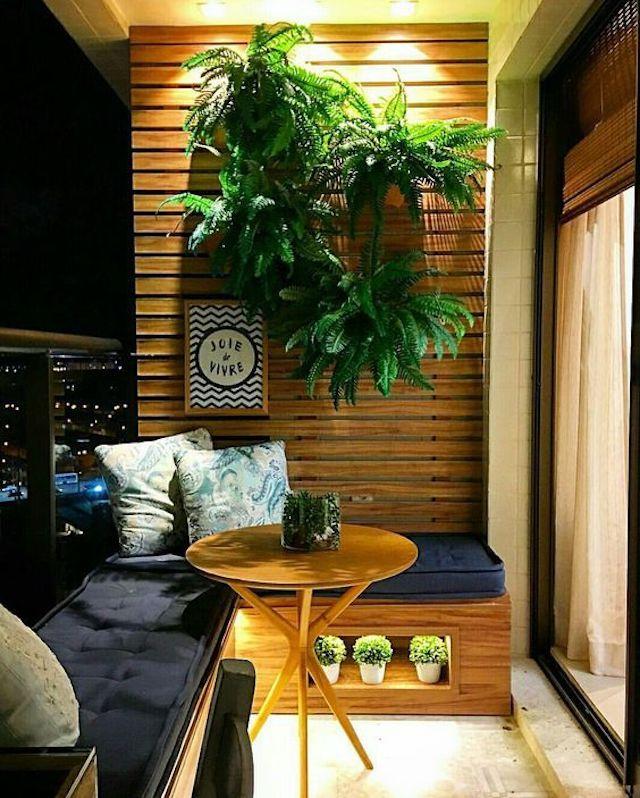Balcón pequeño con mobiliario de madera a medida
