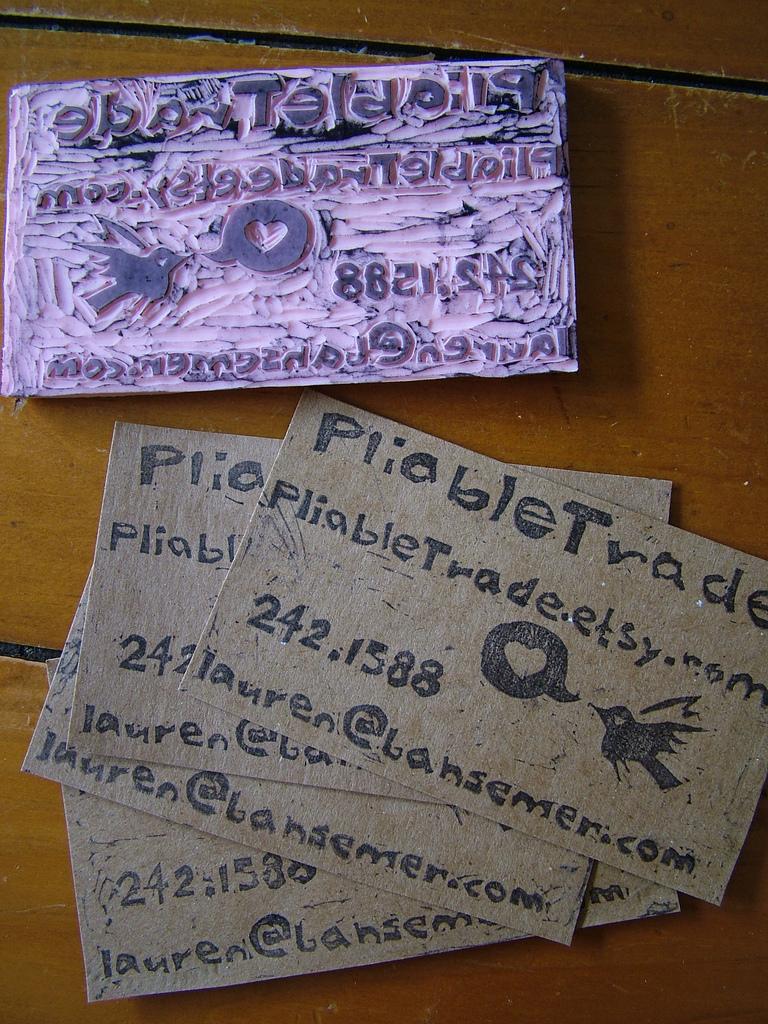 Tarjetas de presentación con sellos.