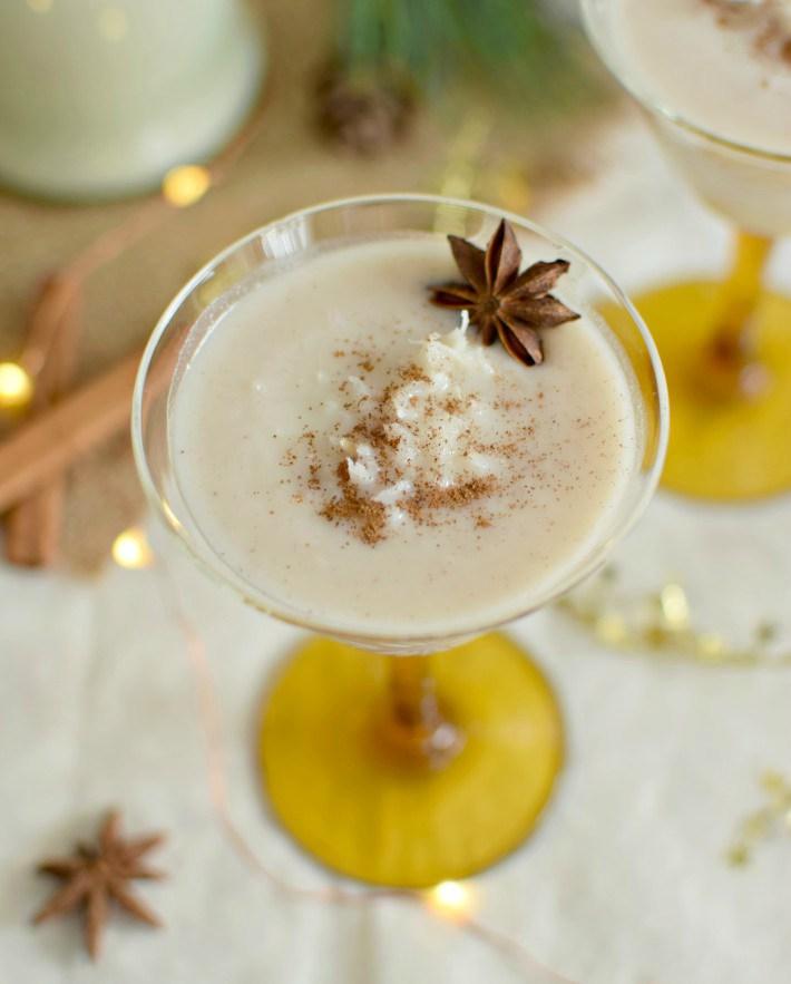 Detalle de una copa servida con el trago de coquito, bebida tradicional de Puerto Rico