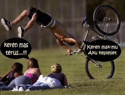 gambar orang jatuh dari sepeda depan cewek-cewek