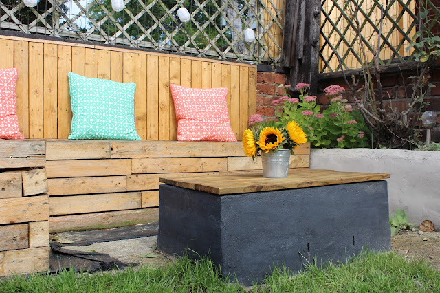 pallet seating with table