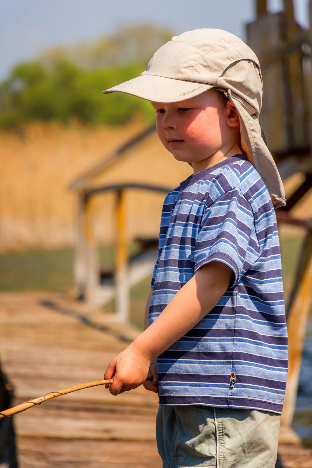 Kind spielt mit Stock