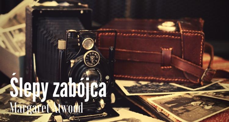Zabytkowy aparat na stosie starych fotografii