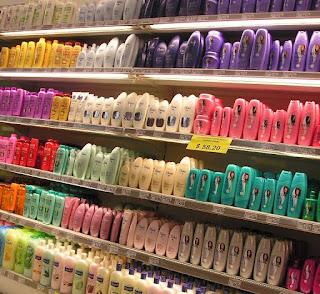 Prateleira de supermercado cheia de frascos coloridos