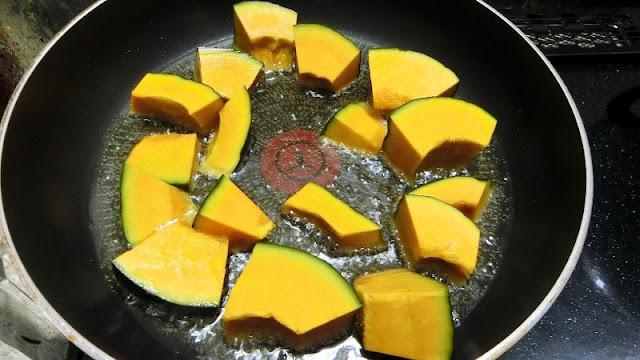 フライパンでかぼちゃを素揚げする
