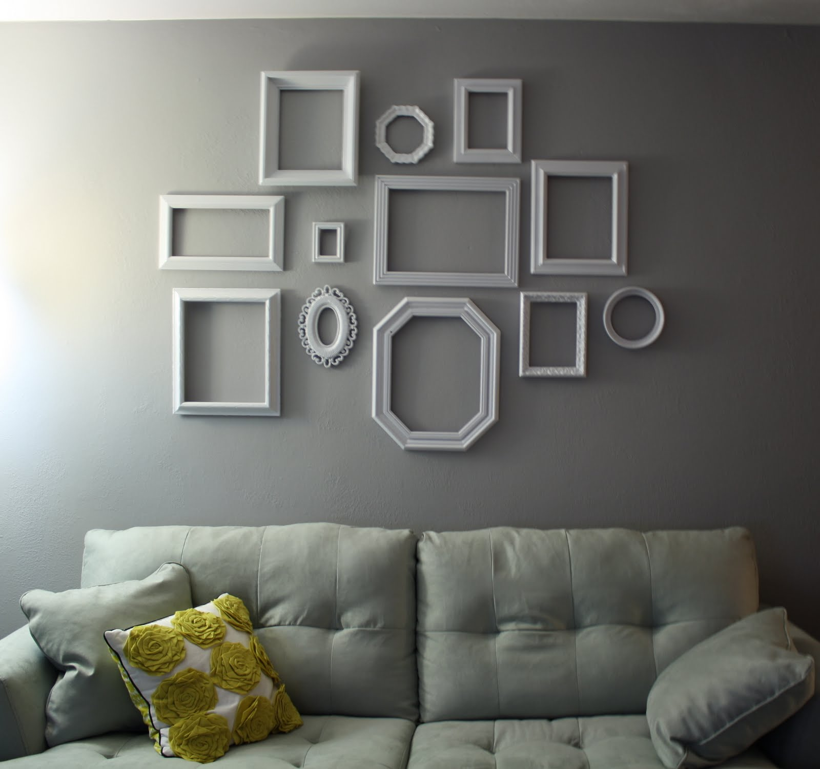 Use Empty Frames To Decorate Home