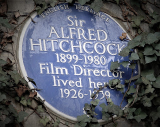 Fotografía con una placa conmemorativa a Sir Alfred Hitchcock: English Heritage Sir Alfred Hitchcock 1899-1980, Film Director, lived here 1926-1939. Fuente Wikipedia en