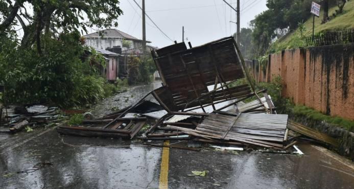 COE eleva a 20 las provincias bajo alerta roja; personas desplazadas y albergadas se acercan a 10 mil  Parte de lo que se ha vivido en Samaná.