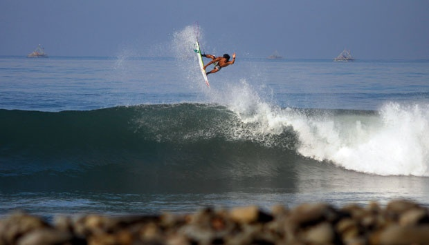 Surfing Ceria di Pantai Cimaja