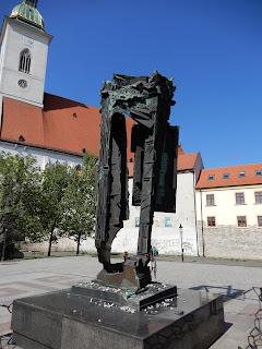 スロバキアのブラチスラバで見つけた銅像(抽象)