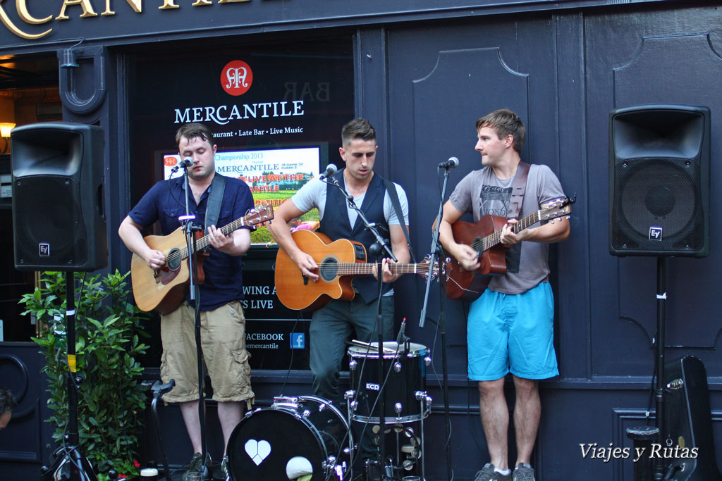 Artistas en el Mercantile pub frente a Stags Head pub