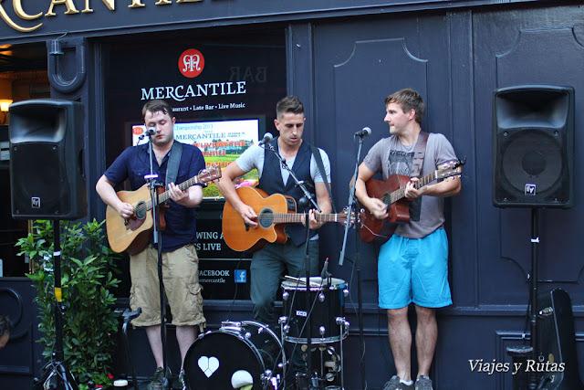 Artistas en el Mercantile pub frente a Stags Head pub