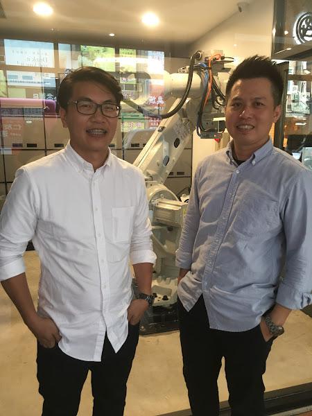 鵲絲旅店總經理葉維迪(左)和鵲絲旅店共同創辦人吳秉庭(右),打造了台灣第一家無人旅店。(圖片來源:詹子嫻攝)