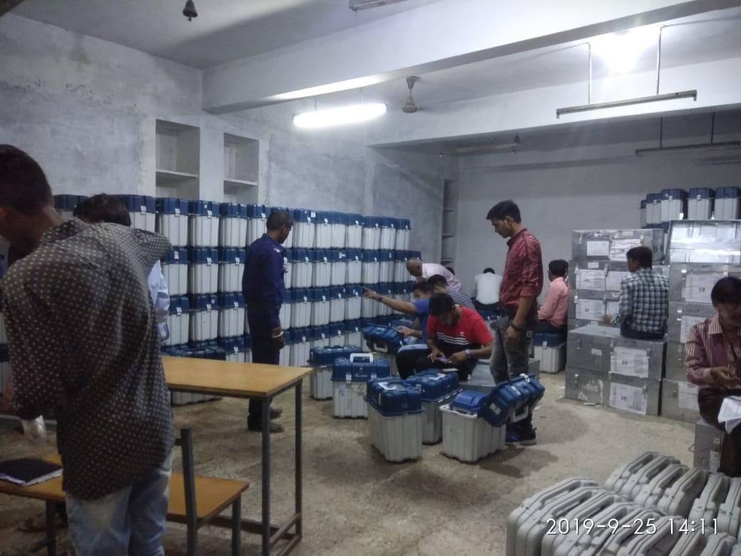 Jhabua News-कलेक्टर प्रबल सिपाहा एवं राजनैतिक दलों के प्रतिनिधियों की उपस्थिति में खोला गया स्ट्रांग रूम