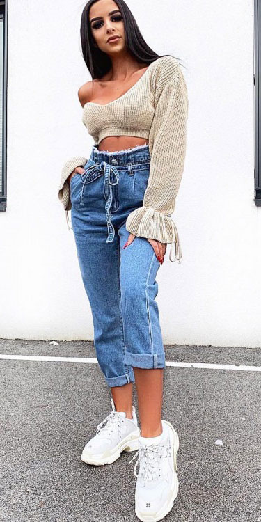 Spring is here! Need spring outfit inspiration? Check out these 29 Chic Spring Outfits That Look Effortlessly Sexy and Cool. Spring Jeans + Crop Top | Spring Fashion + Spring Wear via higiggle.com #fashion #spring #style #chic
